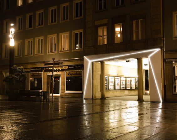 Beleuchtung am Durchgang zwischen Spremberger Straße und Platz am Stadtbrunnen [Quelle: Leuchtstoff* büro für licht und design]