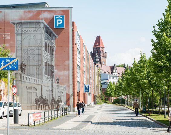 Wandbemalung mit historischer Feuerwehr am Parkhaus Neustadt